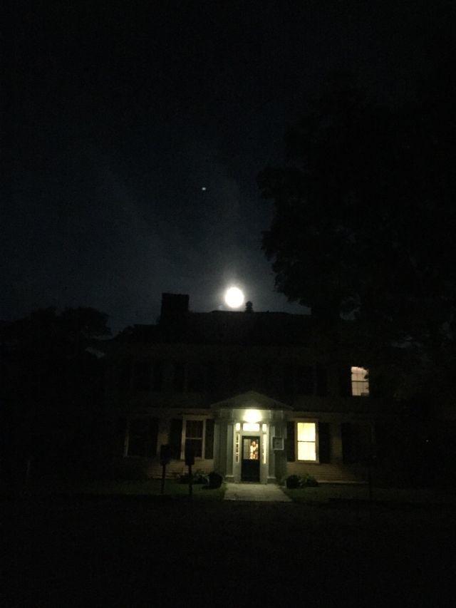 吃着月饼散步看月亮