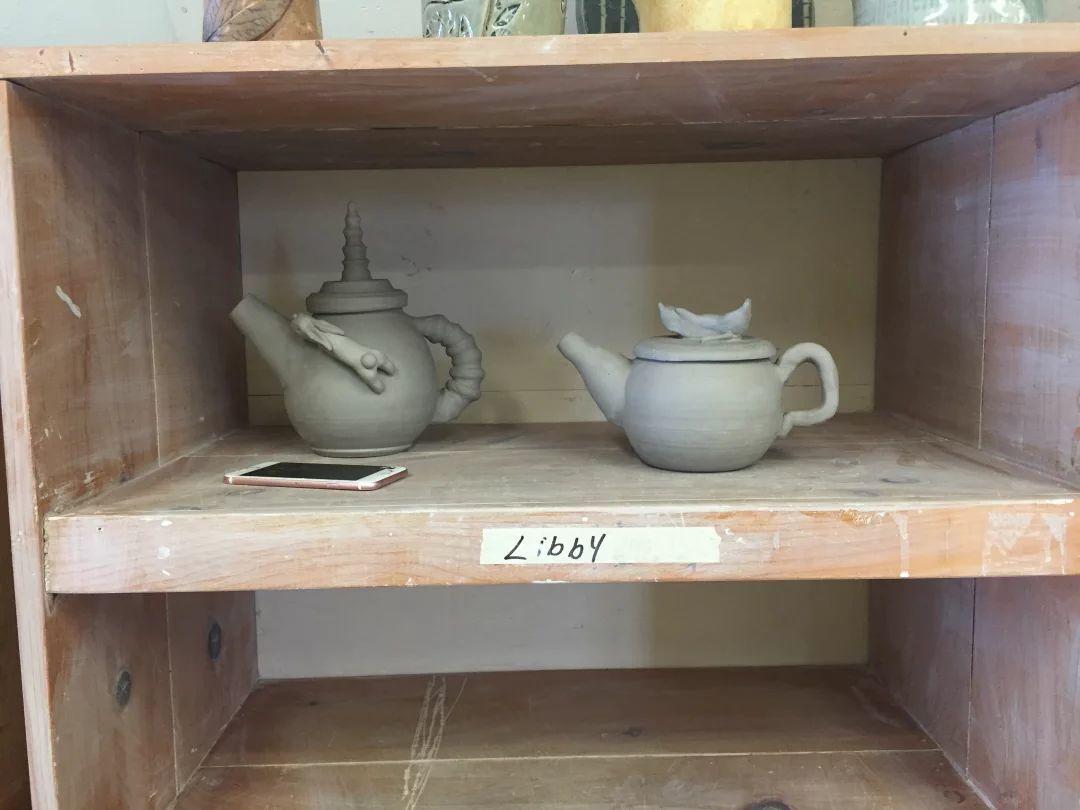 左边的是我挚友做的茶壶…