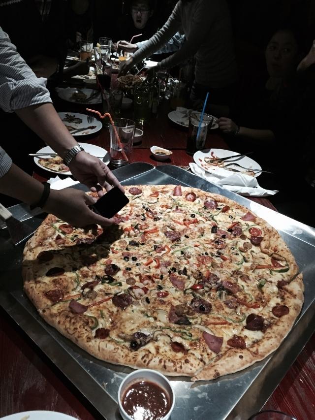 去吃了28寸的披萨……