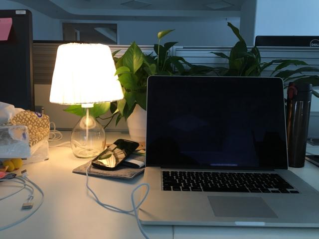 现在唯一令我安心的地方……就是公司,她座位的旁边,她的小台灯旁…