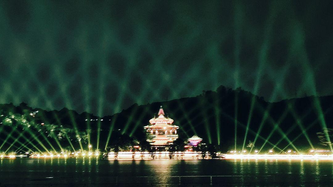湖边灯光秀。