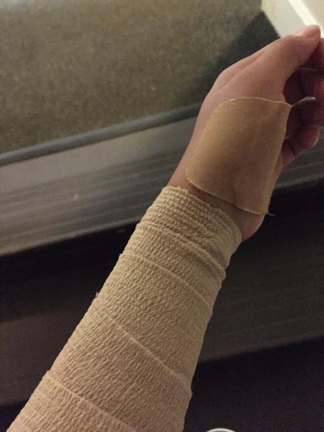 左手被缠成这样(中二模式开启hhh)、感觉左手手指都不是自己的了