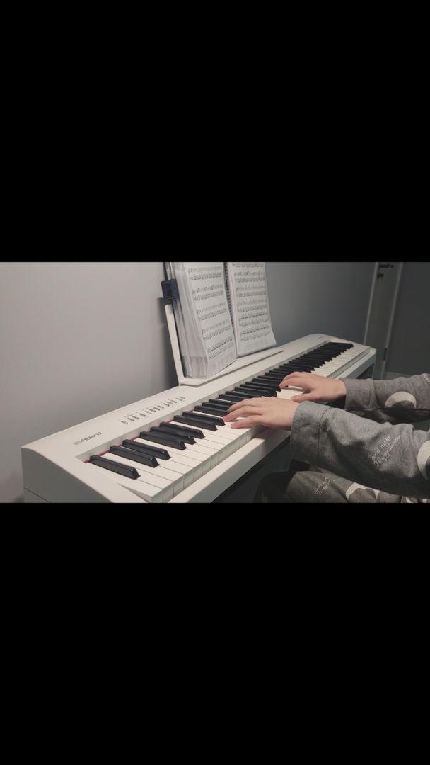 呜呜呜太温柔了好狡猾😭。经常发穿着睡衣弹钢琴的视频过来。坏蛋。