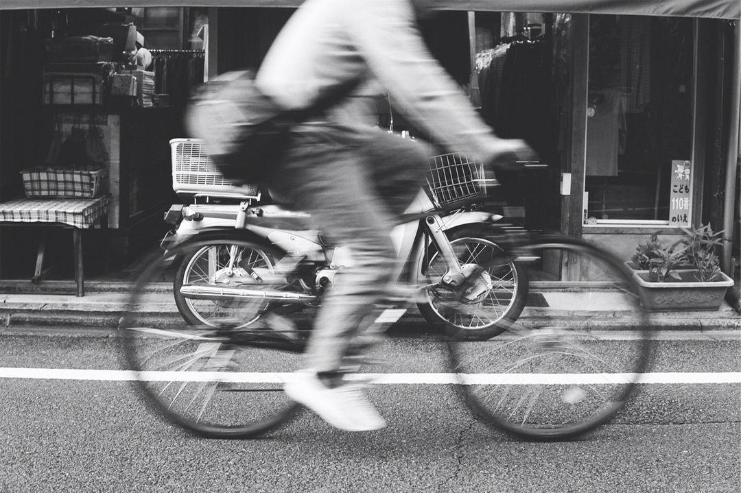 僕がまだ小さかった頃、どこへ行くにも一緒だったあの青い自転車に乗りながら、ある時、ふっと思ったんだ。一度も後ろを振り向かずに、僕はどこまで走れるかなって。——竹本祐太