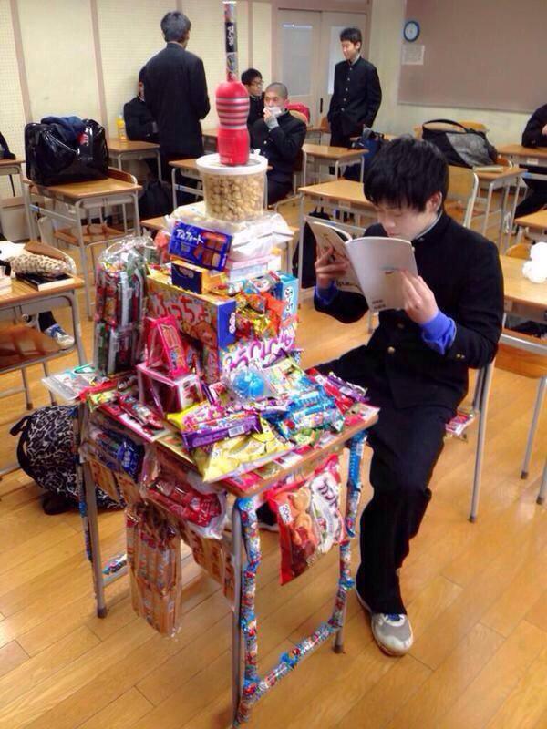 推主:校草兼學霸生日那天的情景。即使零食禮物堆積如山,依然坐懷不亂地……學習(´_ゝ`)