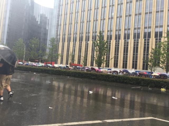 台风根本阻止不了死宅们的脚步,表示雨伞已崩
