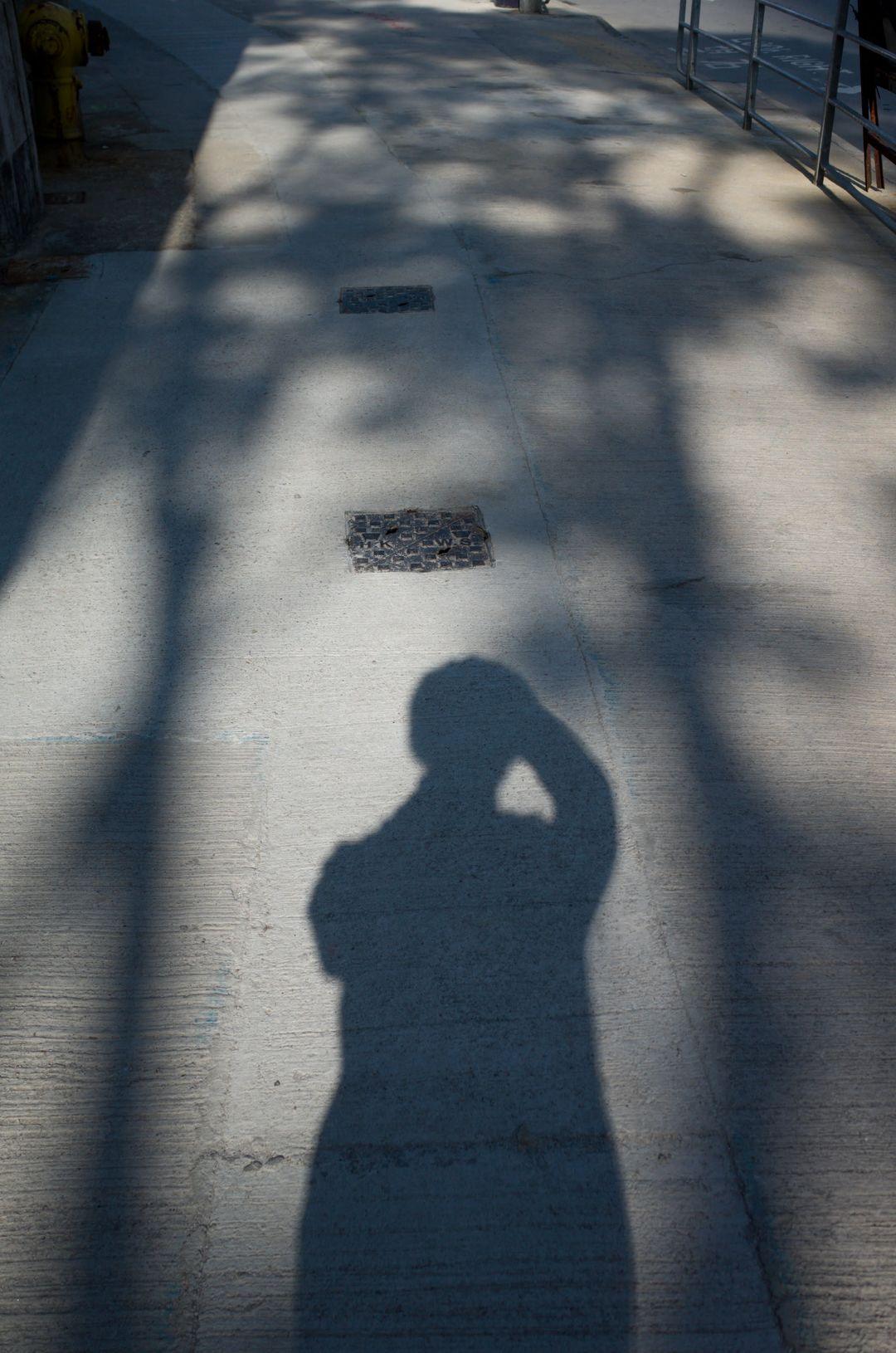 没有扣上的毛衣在阳光下像条连衣裙