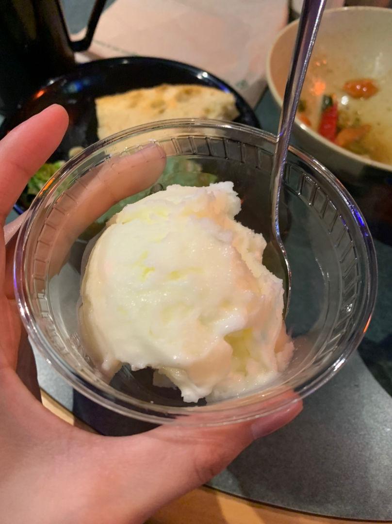 昨天在食堂吃柠檬沙冰味道的冰激凌
