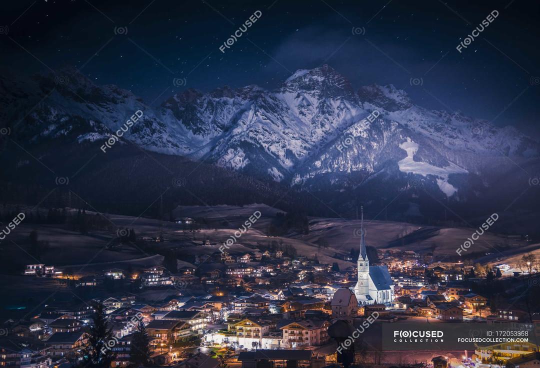 早上做了个梦,在星空下的山坡上、俯瞰整座灯火阑珊的小镇——
