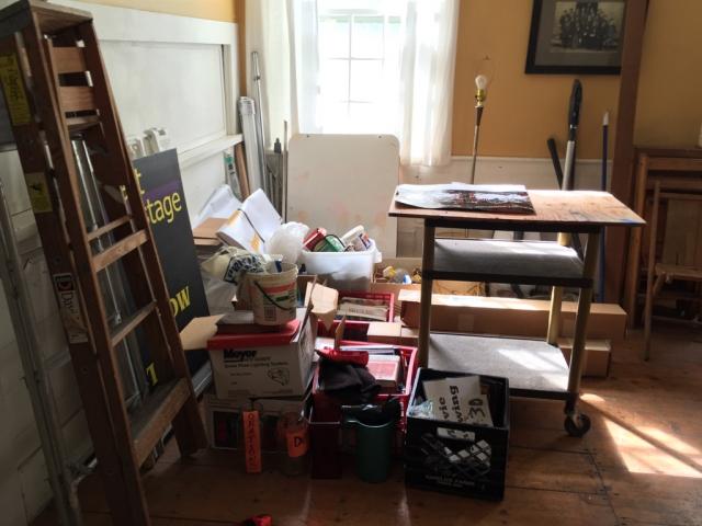 帮剧场搬东西搬了三个小时,很多超重的书和工具,上面铺了很厚的灰。。全部整理好之后看起来还是挺整齐的,扔了不少东西。回来之后发现自己着凉了( ̄ー ̄)